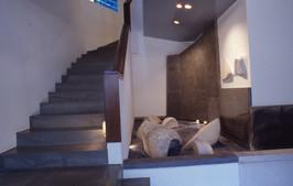 Γλυπτική κατασκευή σε αίθριο ιδιωτικής οικίας/Sculptural construction in a private residence's atrium