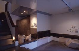 Γλυπτική κατασκευή σε αίθριο ιδιωτικής οικίας/Sculptural construction in a private residence's atrium.