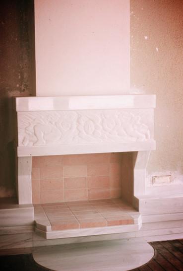 Ανάγλυφη παράσταση σε τζάκι/Relief on fireplace