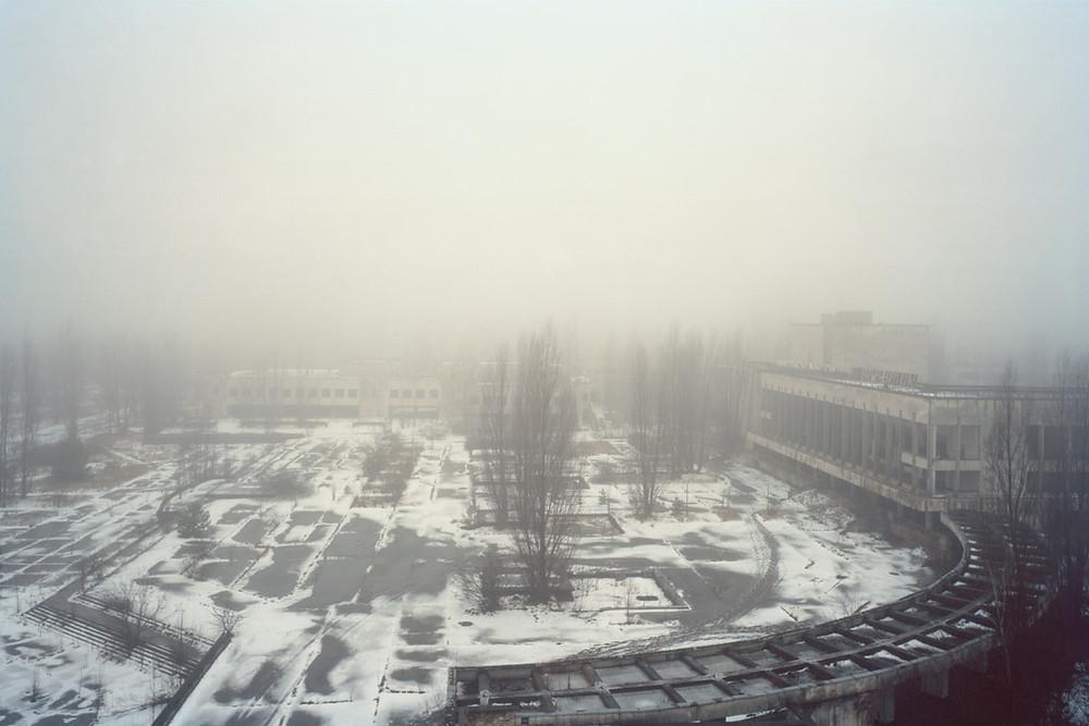 A cidade de Chernobyl, coberta por névoa e neve.