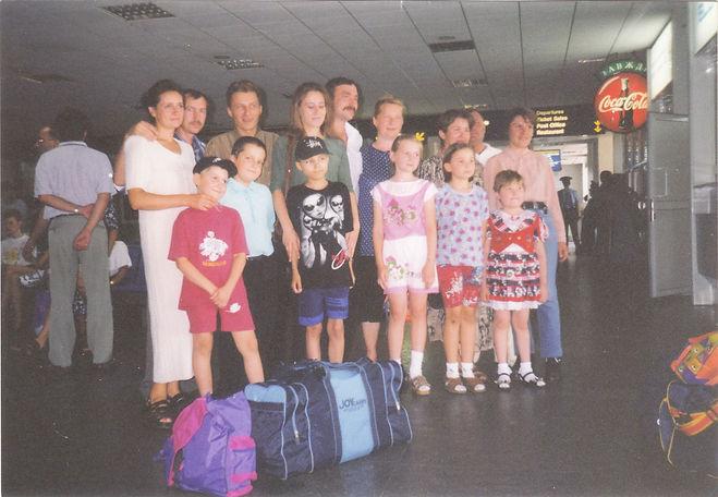 00 - Crianças ucranianas e seus pais, an