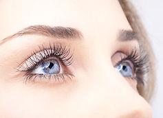 Ojos con tratamiento en cejas y pestañas