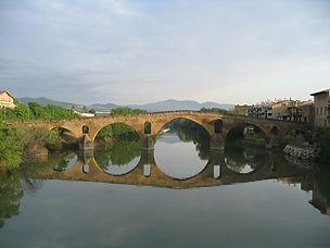 1200px-Puente_la_reina.jpg