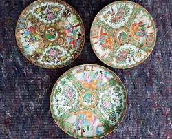 3 assiettes et 1 plat en porcelaine