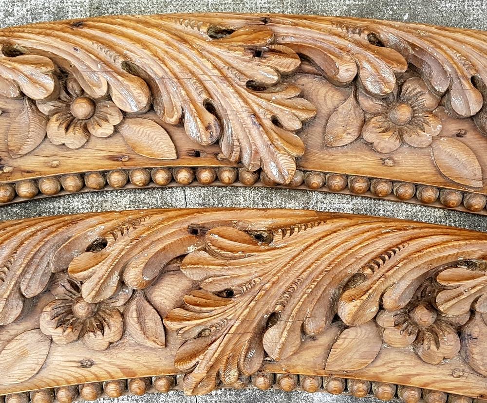 2 beaux éléments en chêne sculptés