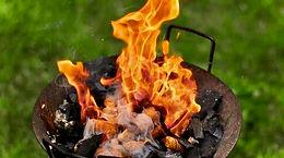 Allume feu de barbecue avec des bouchons de liège