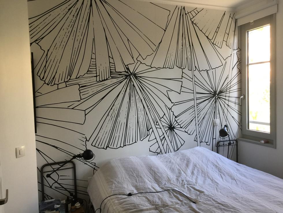 chambre avec papier peint graphique