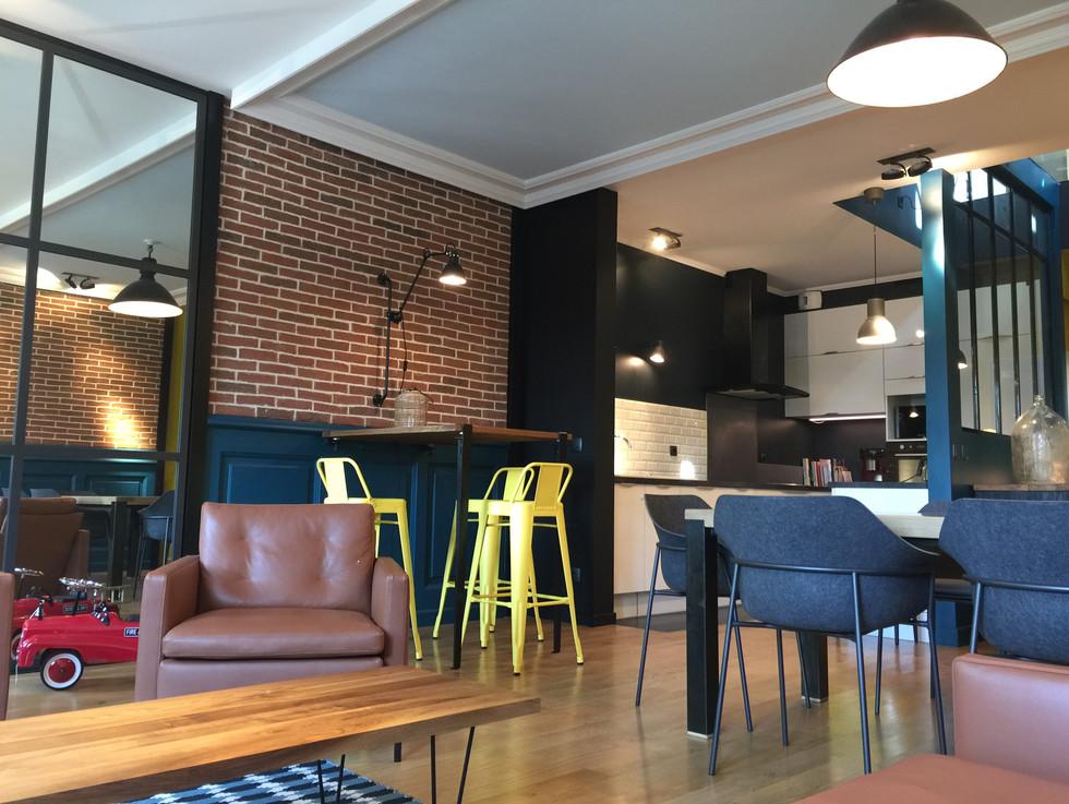 salon et espace déjeuner avec tabourets