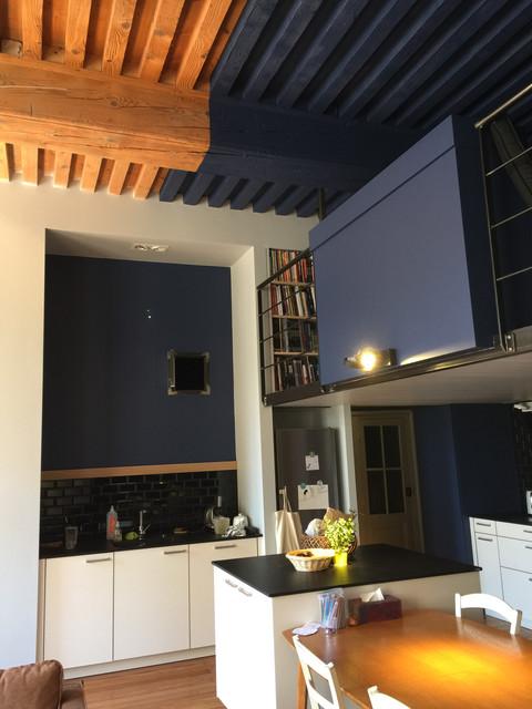 cuisine intégrée avec peinture sur les poutres