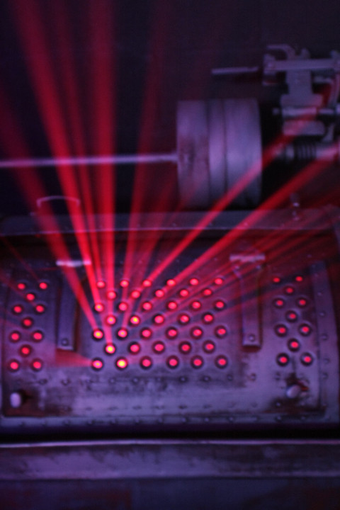 faisceaux lumineux d'une grille métallique