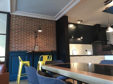 salon avec mur en briques