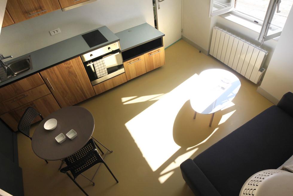 espace salon optimisé avec coin cuisine