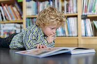 Blonde junge Lesung