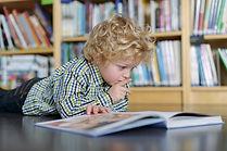 Blonde jongen lezen