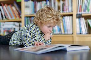 Sarışın çocuk okuma