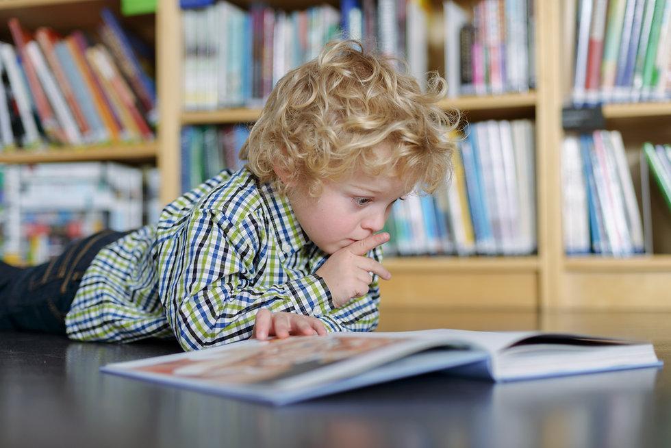 Blonde garçon lisant