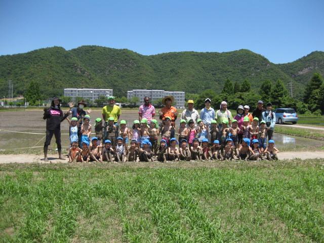 ゆり組・あやめ組・先生・そして大学の先生たちと集合写真。泥んこ遊びやお散歩をして楽しい一日でした♪ 秋の稲刈りが楽しみだね。