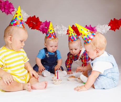 Babys an einer Geburtstagsparty