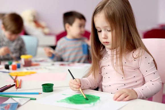 Mädchen am zeichnen