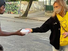 Entrega de quentinhas garante alimentação de 100 pessoas em situação de rua