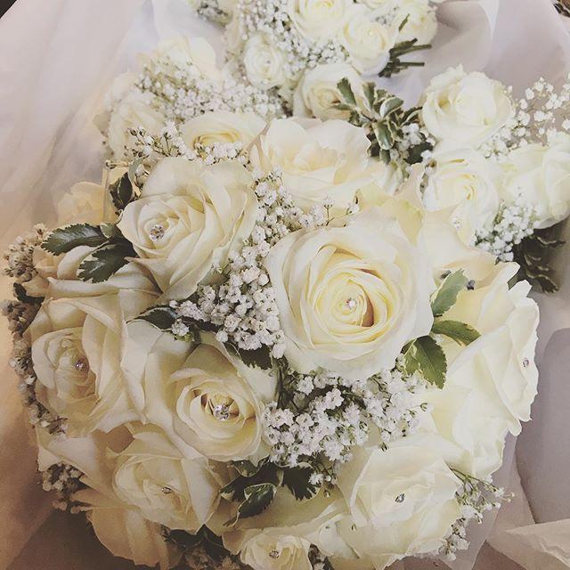 Sneak peek of today's wedding flowers !_