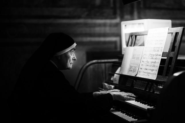 Eine Nonne anlässlich der Klosternacht im UNESCO Welterbe Kloster St. Johann in Müstair, Schweiz.