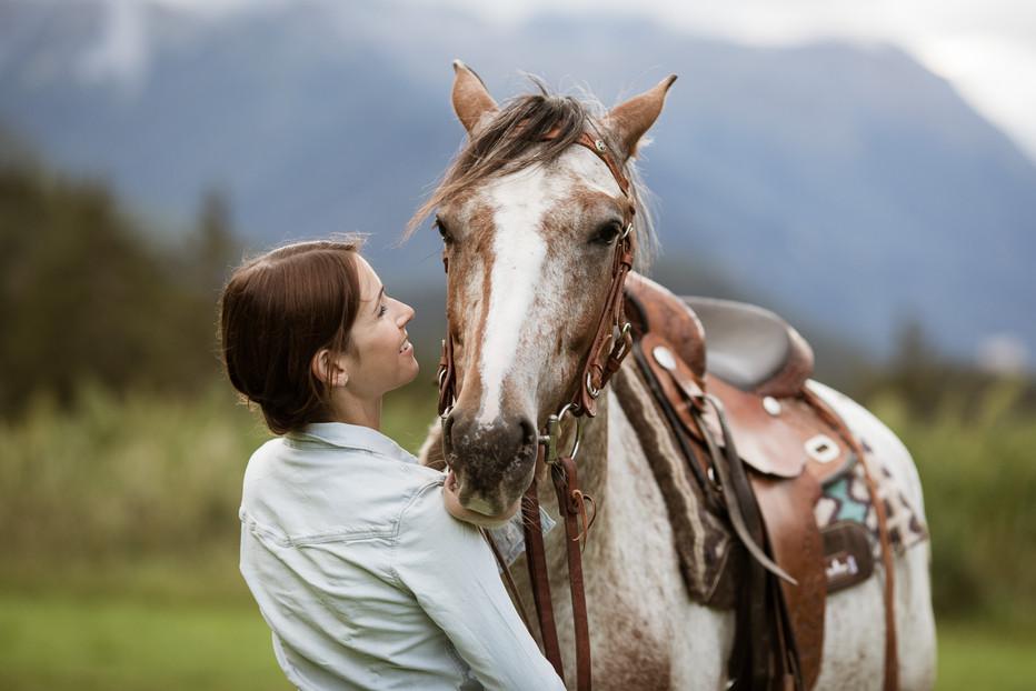Die Reiterin Rebecca Stecher mit ihrem Pferd Diego bei San Jon im Unterengadin.