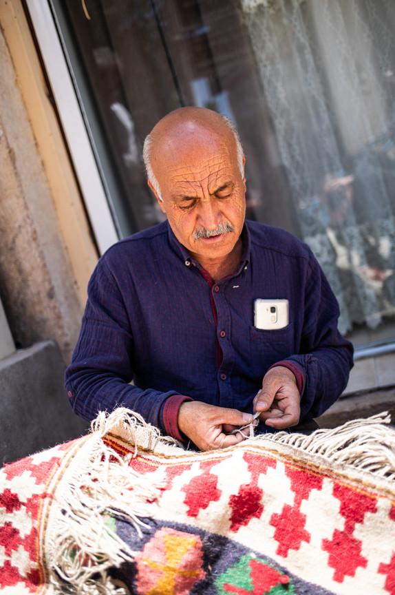 Ein Teppichknüpfer in Shiraz, Iran.