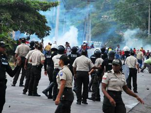 Seis detenidos en protesta de comerciantes que cerraron vía a Refinería de Esmeraldas