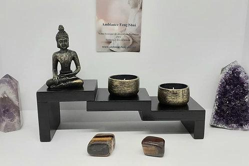 Bouddha assis avec deux portes bougies