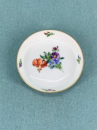 Nr: 493/2422 - Sættefad Let Saksisk Blomst Royal Copenhagen RC