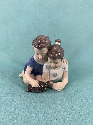 Nr: 4 - Pige og dreng med skildpadde Lyngby Figur