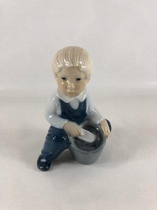 Nr: 3519 - Sjælden dreng med spand og spade Royal Copenhagen RC