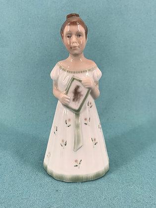 Nr: 96 - Pige i hvid og græs kjole med bog Lyngby Figur