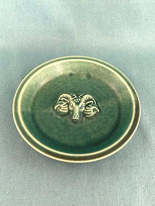 Skål af glaseret stentøj prydet med vædderhoved, Grøn Saxbo