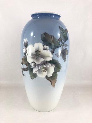 Nr: 2629/2129 - Vase med blomster og en sommerfugl Royal Copenhagen