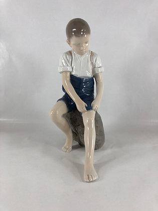 Nr: 1757 - Dreng på sten Bing & Grøndahl