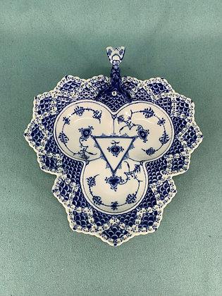 Nr: 1/1077 Helblonde bladformet skål med hank i form af sommer Royal Copenhagen