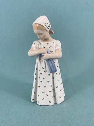 Nr: 561 - Mary, Pige med dukke Royal Copenhagen RC
