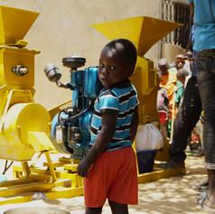 GIE NIAKA SING, région de Fadiouth. La nouvelle machine (batteuse et décortiqueuse à mil est installée au village.