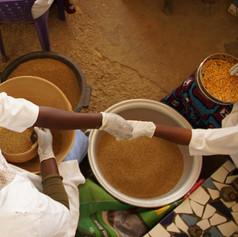 Sagal Sa Jekker, Joal. Les femmes préparent les grains de maïs.