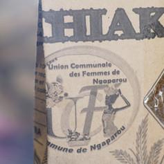 Union communale des femmes de Ngaparou. Dans ce groupement, les femmes fabriquent elles-même des emballages de papiers, plus écologiques que les sacs plastique qu'on retrouve habituellement.