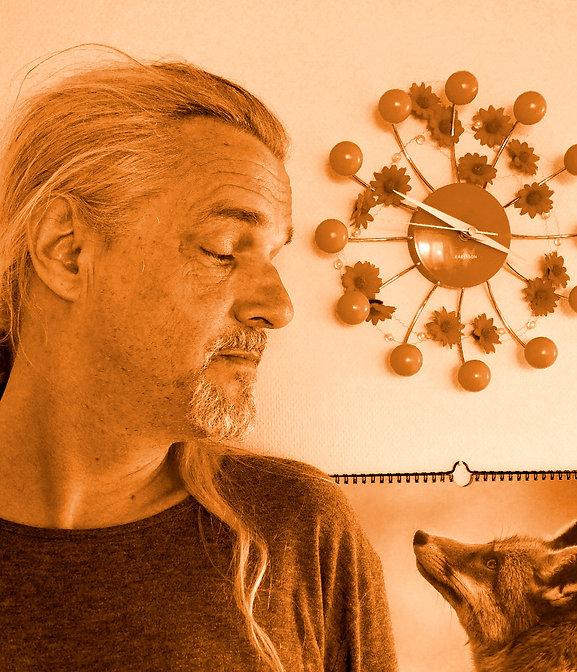 Folkpop-Singer/Songwriter Jörnsson und der Fuchs blicken sich in die Augen. Es ist ein Kalenderfuchs. Die 70er Jahre-Uhr an der Wand ist von Karlsson. Joernsson and his fox here's lookin' at you kid