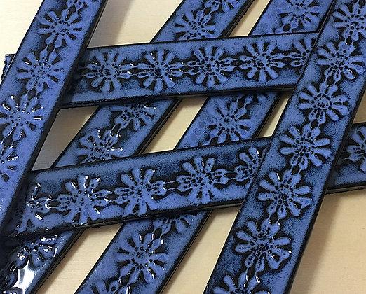 רצועות כחולות רחבות עם טקסטורת פרחים