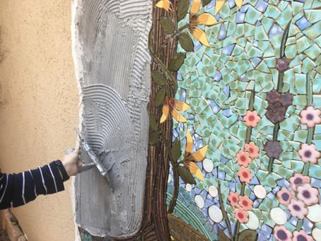 הדבקת רשת פסיפס על קיר