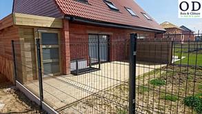 Clôture métallique et terrasse: