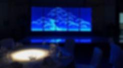 暗く照明を落としたレストランに輝く青い大作品