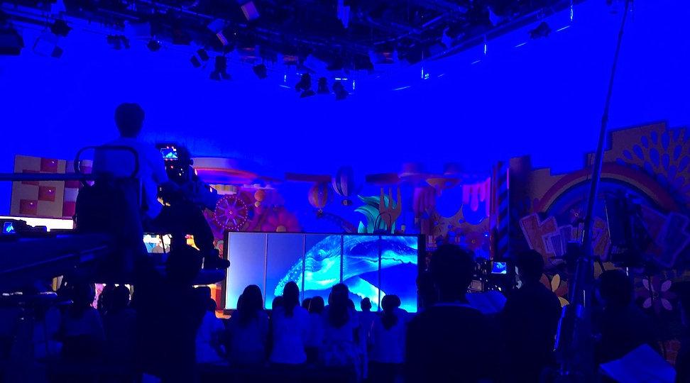 テレビスタジオの舞台に飾られてるクジラの大作品