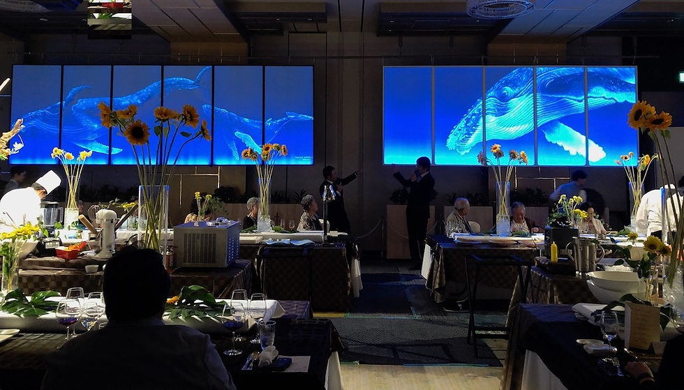 ホテルのホールに飾られたクジラの大作品