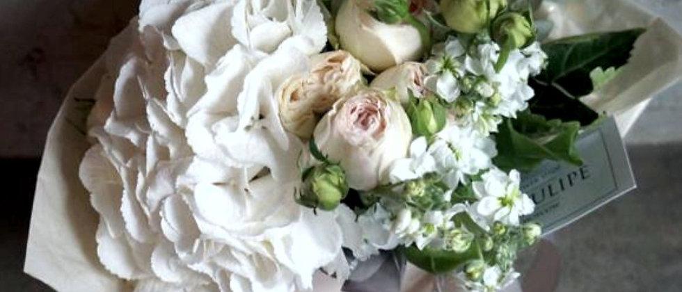 Гортензия и кустовая пионовидная роза в фирменном пакете La TULIPE